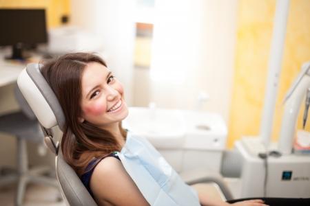 歯の試験を待っている女性