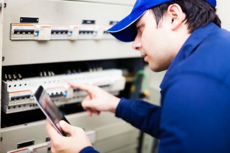 electricista: Retrato de un electricista en el trabajo