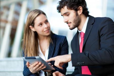 communication occupation: Uomini d'affari con una tavoletta digitale