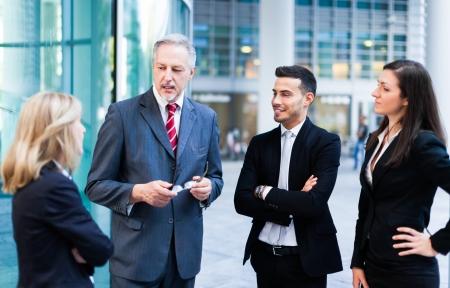 gestion empresarial: Grupo de hombres de negocios que discuten
