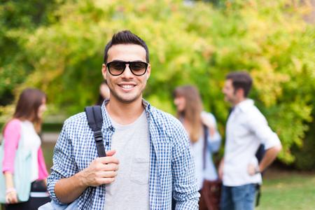niño con mochila: Retrato al aire libre de un estudiante sonriente