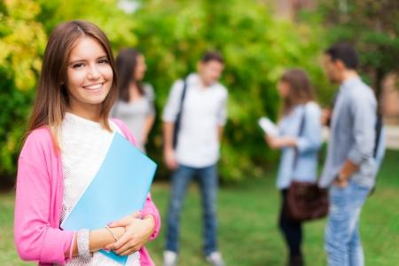 Retrato al aire libre de un estudiante sonriente