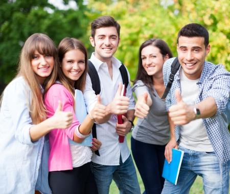 estudiantes universitarios: Grupo de estudiantes felices con los pulgares para arriba Foto de archivo