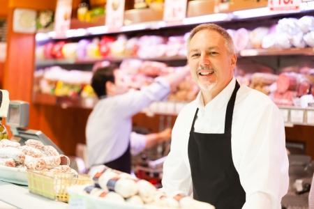 식료품 점에있는 직장에서 사람들이 스톡 콘텐츠