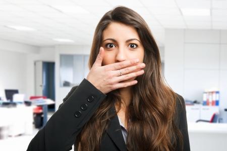 guardar silencio: Mujer cerrando su boca