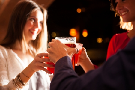 buonanotte: Amici che hanno un giro di bevande in un pub