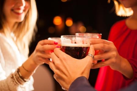 alcool: Amis ayant un tour de boissons dans un Banque d'images
