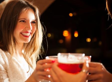 buonanotte: Amici che hanno un giro di bevande in un night club Archivio Fotografico