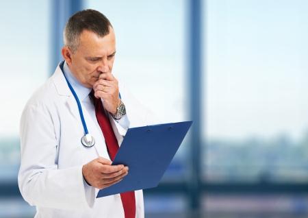 historia clinica: M�dico jefe de leer una historia de caso