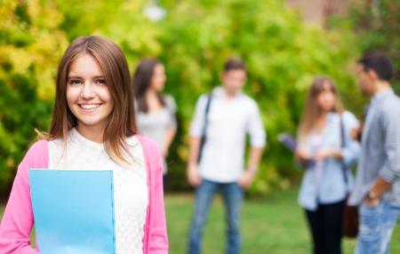 estudiantes de secundaria: Retrato al aire libre de un estudiante sonriente