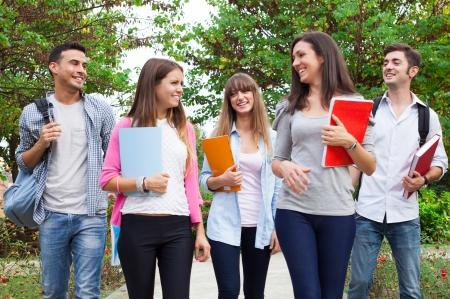 学校に行く学生のグループ