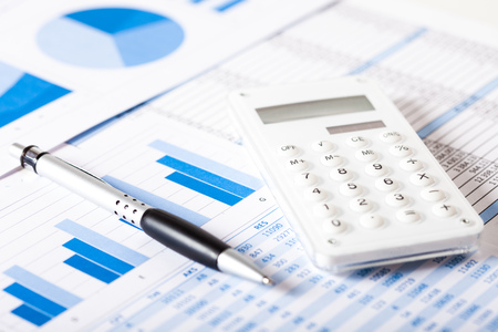 fondos negocios: Calculadora, lápiz y de negocios documento