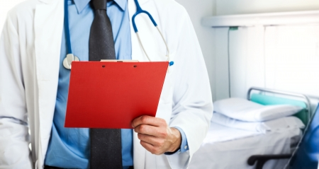 historia clinica: Detalle de un m�dico sosteniendo un portapapeles