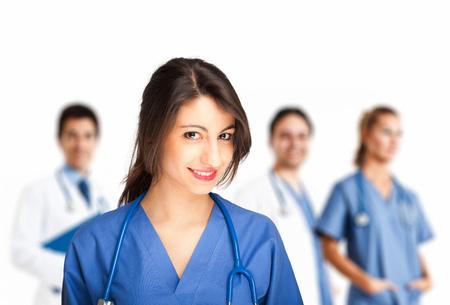 doctoring: Ritratto di una bella infermiera sorridente davanti alla sua squadra Archivio Fotografico