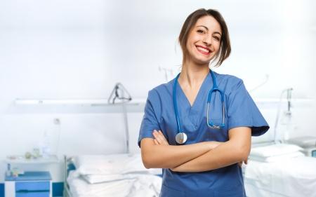 Portret van een mooie lachende verpleegster