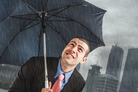 sotto la pioggia: Uomo d'affari sotto la pioggia Archivio Fotografico