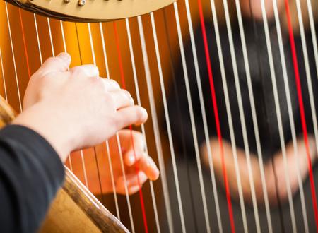 arpa: Primer plano de una mujer tocando el arpa