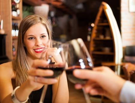 romantic dinner: Verres à vin grillage couple dans un restaurant Banque d'images