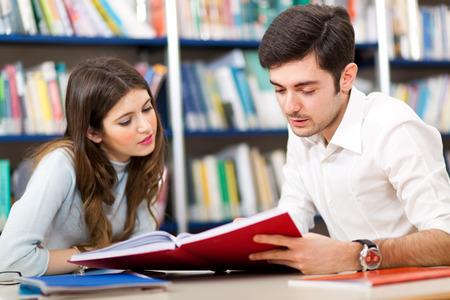 oktatás: Diákcsoport munkahelyi könyvtárban