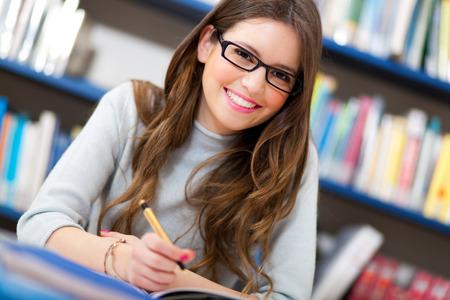 study: Portrét studentka v knihovně Reklamní fotografie