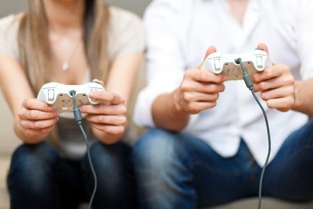 jugando videojuegos: Pareja joven jugando juegos de video Foto de archivo