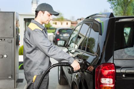 Empleado de la estación de gasolina en el trabajo Foto de archivo