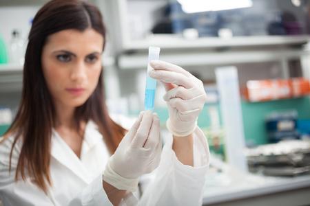 Científico en el trabajo en un laboratorio
