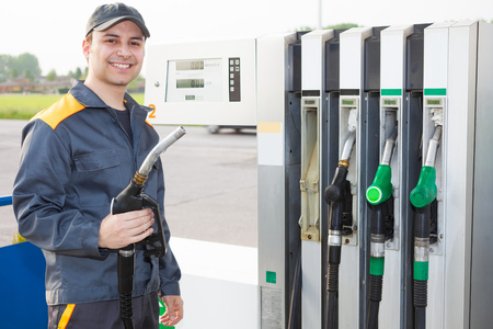 estacion de gasolina: Empleado de la estación de gasolina en el trabajo