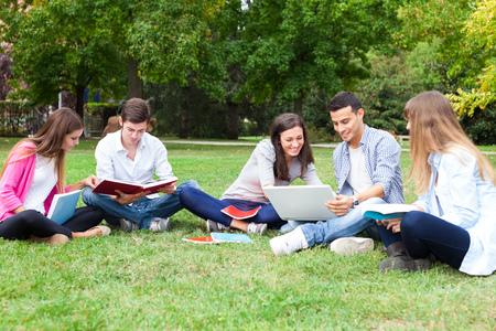 Retrato al aire libre de un grupo de estudiantes Foto de archivo