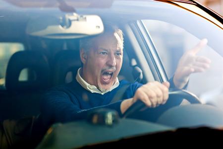 Gridando autista arrabbiato nella sua auto