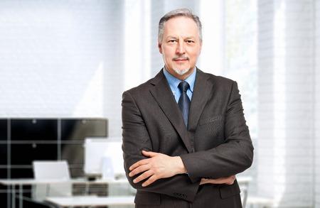 彼のオフィスで成熟した実業家の肖像画 写真素材