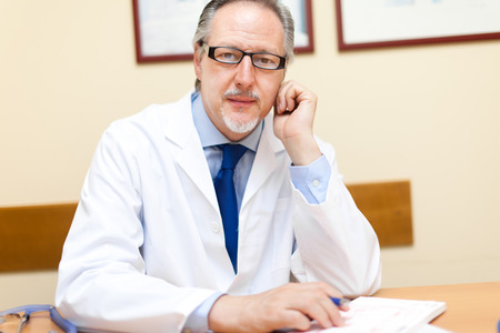 doctoring: Ritratto di un medico fiducioso nel suo ufficio Archivio Fotografico