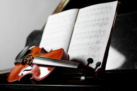 violoncello: Concetto di musica classica, pianoforte e violino Archivio Fotografico