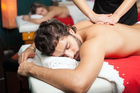 Guapo, tener un masaje Foto de archivo