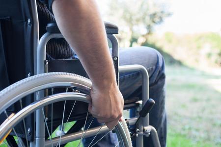 discapacidad: Paral�tico usar su silla de ruedas Foto de archivo