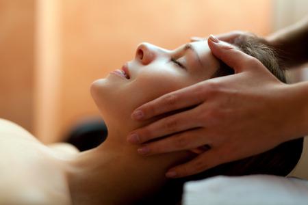 Mujer que tiene un masaje en un spa