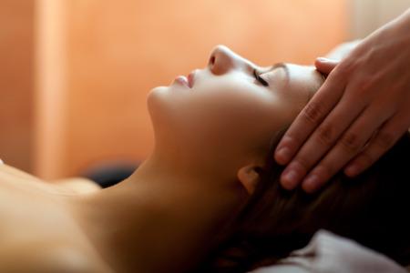 massage: Femme de d�tente tout en ayant un massage Banque d'images