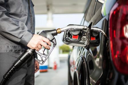 fuelling station: Empleado de la estación de gasolina en el trabajo