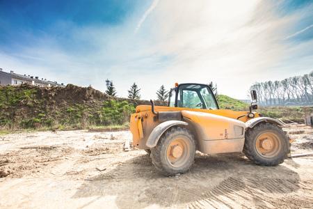 fork lift: Tenedor ascensor en una obra en construcci�n