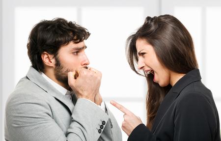 hombre asustado: Mujer que grita a un hombre asustado