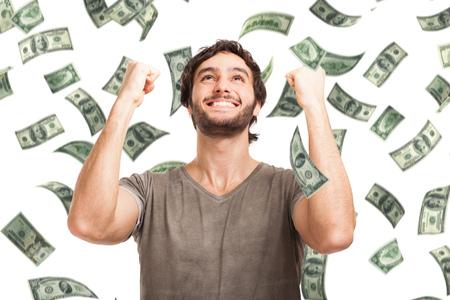 Portret van een zeer gelukkige jonge man in een regen van geld