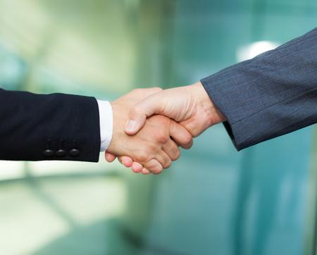 saludo de manos: Apret�n de manos entre los hombres de negocios