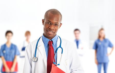 doctoring: Ritratto di un medico sorridente africano