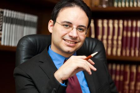 director de escuela: Retrato hermoso del abogado de �xito en su estudio