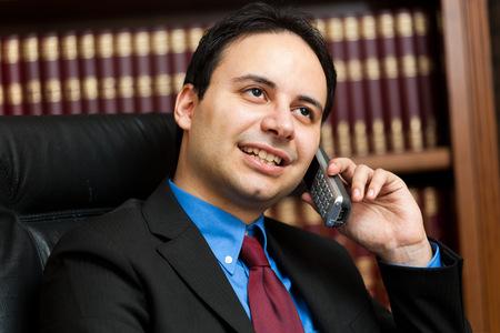 director de escuela: Abogado sonriente que habla en el tel�fono Foto de archivo