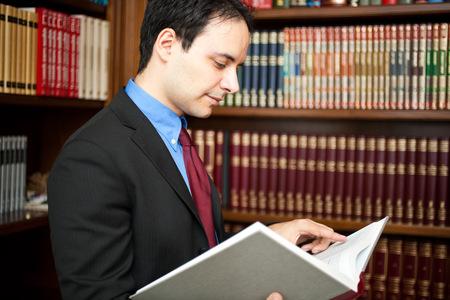 director de escuela: Retrato acertado abogado en su estudio