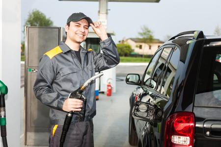 bomba de gasolina: Sonreír gasolinera en el trabajo