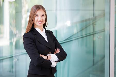 gente exitosa: Retrato de una mujer de negocios sonriendo