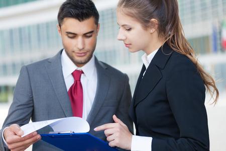 personas leyendo: Retrato de la gente de negocios la lectura de un documento