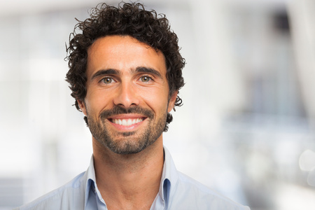 bonhomme blanc: Close-up portrait d'un homme souriant Banque d'images